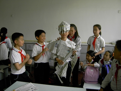 学生用报纸设计服装