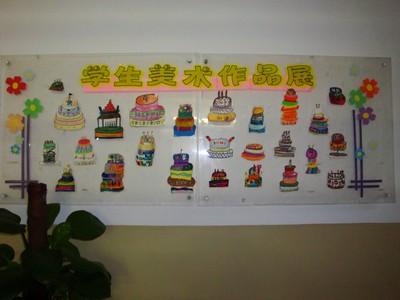 学校走廊学生美术作品展示栏照片图片